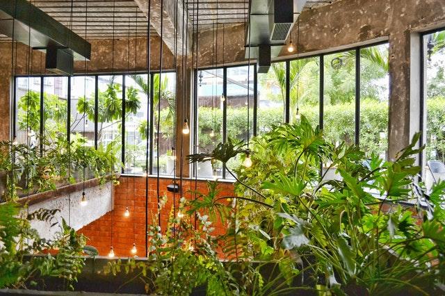 Sklenené zábradlie so zeleňou v interiéri budovy.jpg