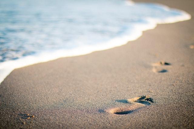 stopy na pláži v piesku