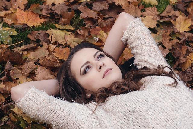 Žena na zemi v listí.jpg