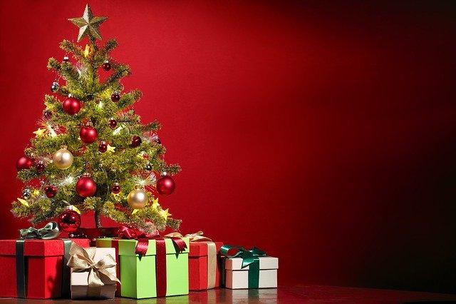 vianočný stromček s darčekmi.jpg