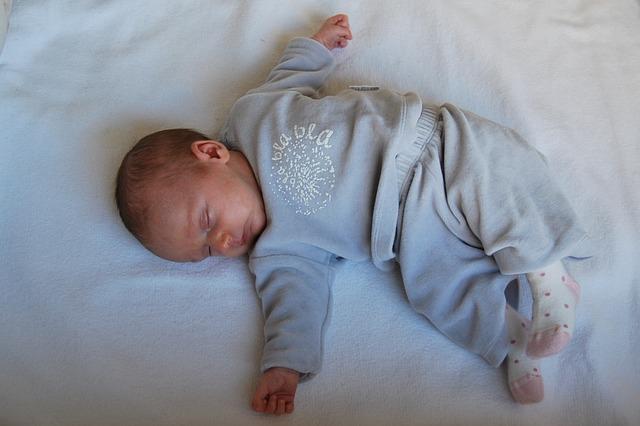 Malé bábätko spí na posteli