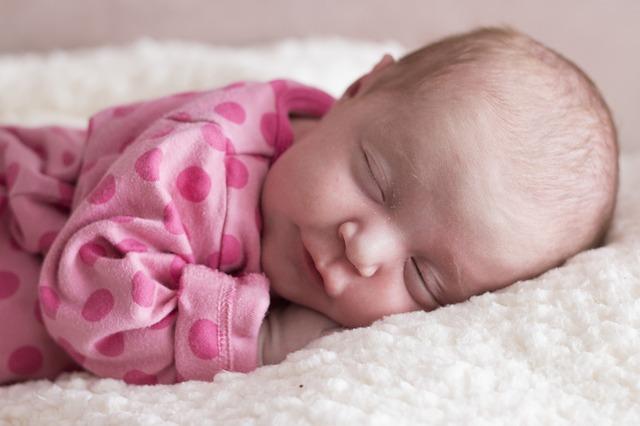 Dieťa v ružovej košieľke spí