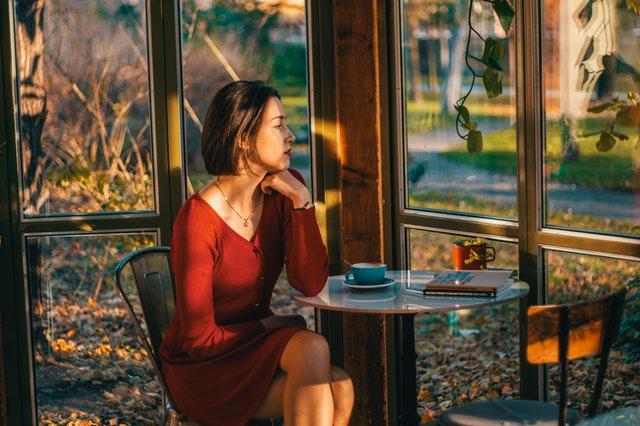 žena pozerajúca von