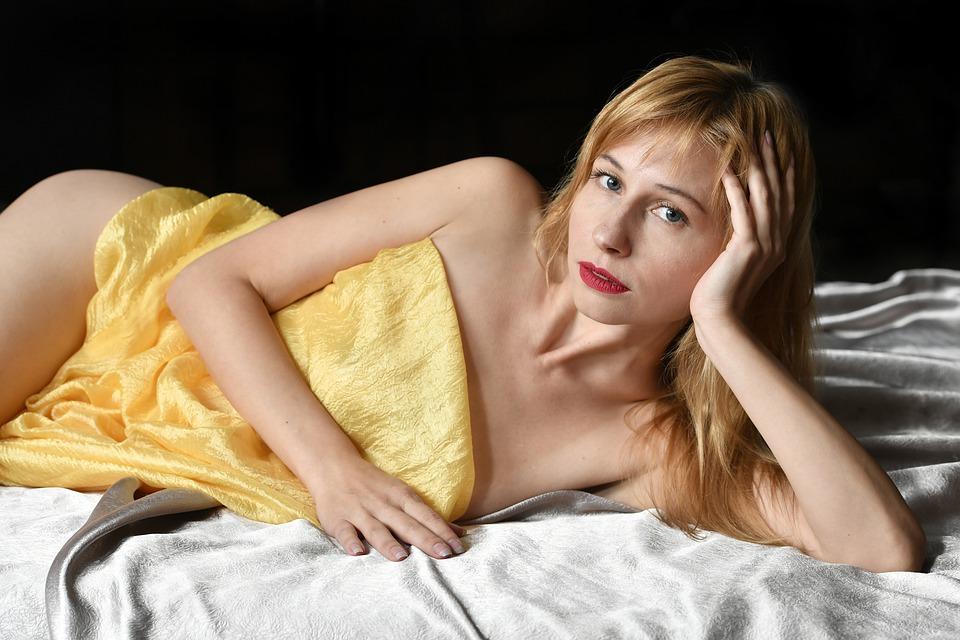modelka, žena v posteli